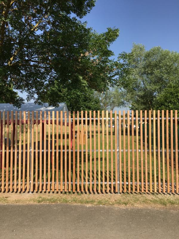 Installation de la clôture en bois (2)
